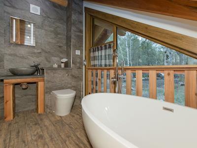 Twin bedroom en-suite | Caledonian Cabin, Invergarry, near Fort Augustus