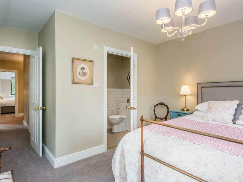 King-size bedroom with en-suite shower room | Cowslip Cottage - Swardeston Cottages, Swardeston, near Mulbarton
