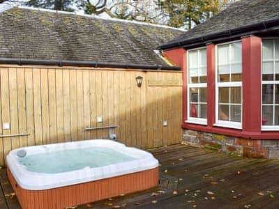 Great hot tub   A'dennan Farm Cottage - Auchendennan, Arden, Alexandria