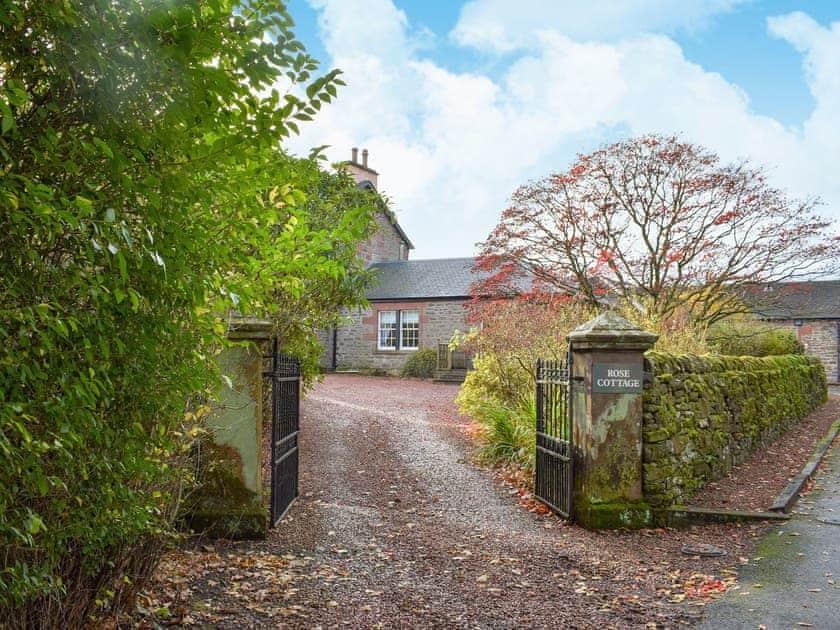 Driveway   Auchendennan  - Rose Cottage - Auchendennan, Arden, Alexandria