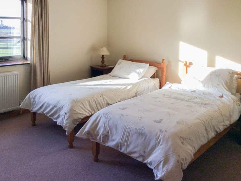 Delightful twin bedroom | The Pump House, Hawkesbury Upton