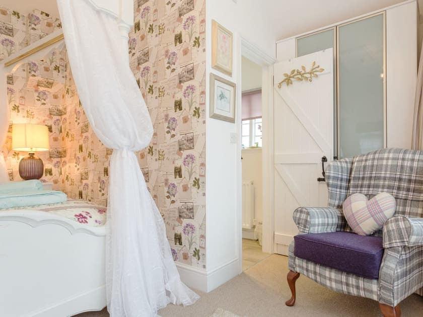 Elegant four poster bedroom | The Old Sweet Shop - Vicarage Road Holiday Cottages, Minehead