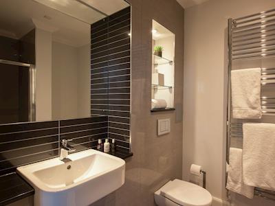 Luxurious en-suite shower room | Apartment 1 - Ardconnel Court Apartments, Inverness