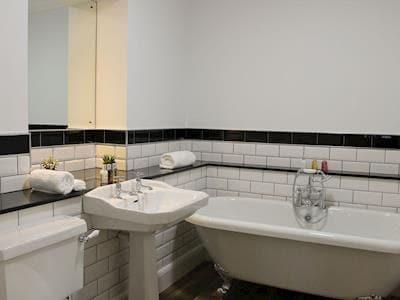 Family bathroom | Apartment 4 - Ardconnel Court Apartments, Inverness