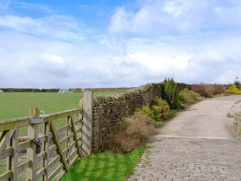 Lane leading towards the property | Hutter Hill Barn West, Silsden near Skipton