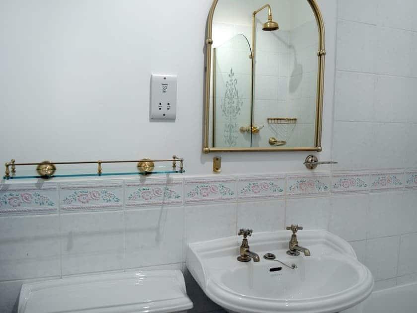Bathroom | York House, Apartment 2, Dartmouth