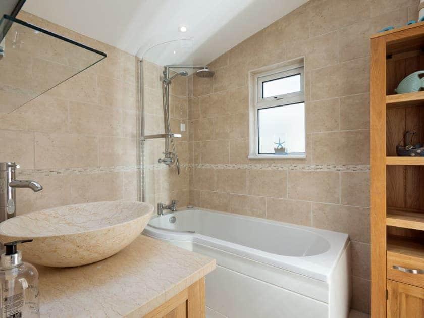 Well presented bathroom   Rosedene Cottage, Dartmouth