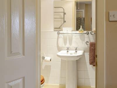 En-suite toilet | Gardener's Cottage, Aberlady, near Gullane
