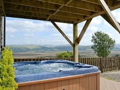 Hot tub | Llwynywynau Isaf Barn, Tynreithyn