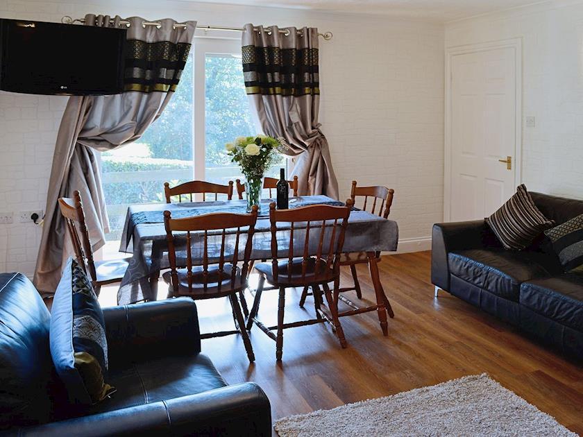 Living room/dining room | River View Cottage - Rosecraddoc Manor, Liskeard