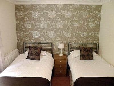 Twin bedroom | Rosecraddoc Manor - Riverside Villa, Liskeard