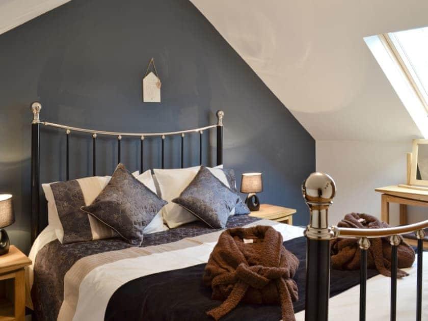 Stylish double bedroom with en suite shower room | Bwlch Y Person Barns -Cartws - Bwlch Y Person Barns, Dihewyd, near Aberaeron