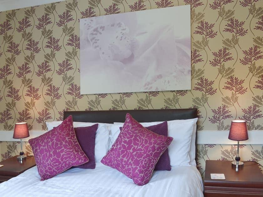 Stylish double bedroom | Lake View Cottage - Rosecraddoc Manor, Liskeard