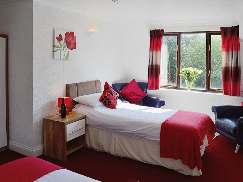 Twin bedroom | River View Cottage - Rosecraddoc Manor, Liskeard
