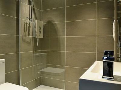 En suite shower room with floor to celing tiles | Kokopelli, Windermere
