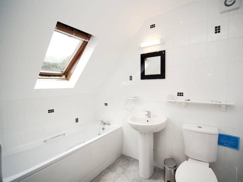 Bathroom | Rosecraddoc Manor - Lake View Villas, Liskeard
