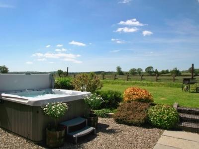 Hot tub | Bwthyn Onnen, Ystrad Meurig