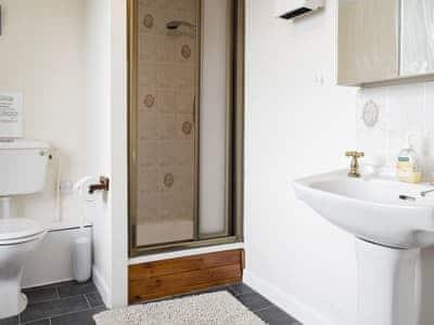 Airy shower room | Tullythwaite House, Underbarrow