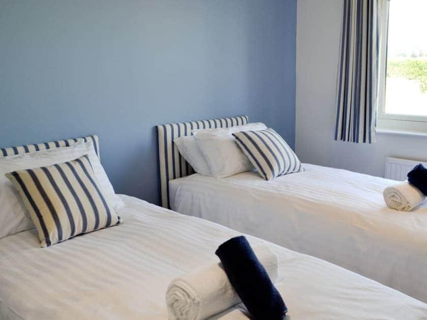 Twin bedroom | St Illex, Port Gaverne