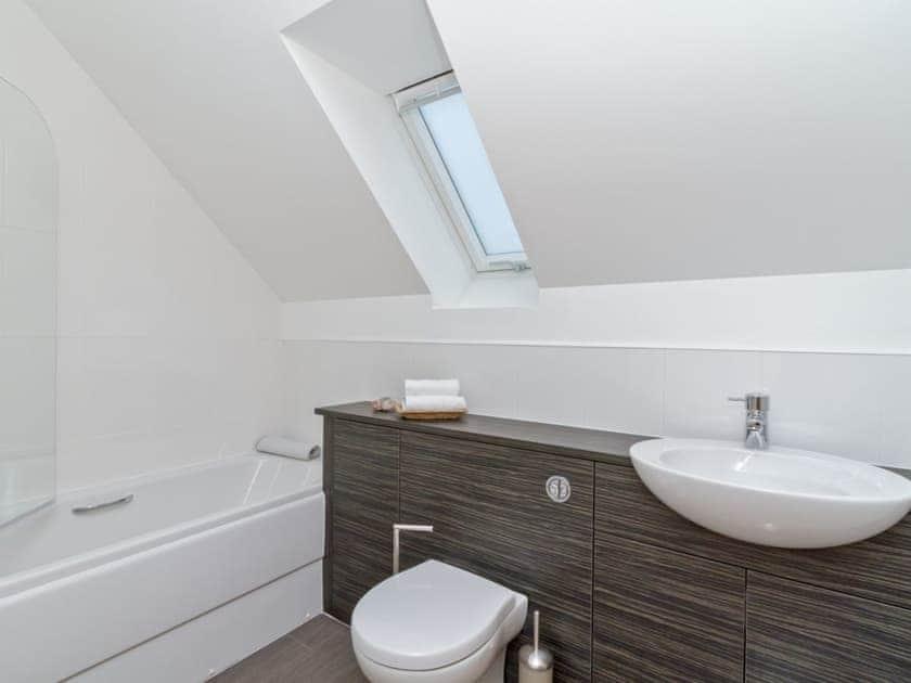 Modern bathroom with over-bath shower | Birch Corner, Aviemore