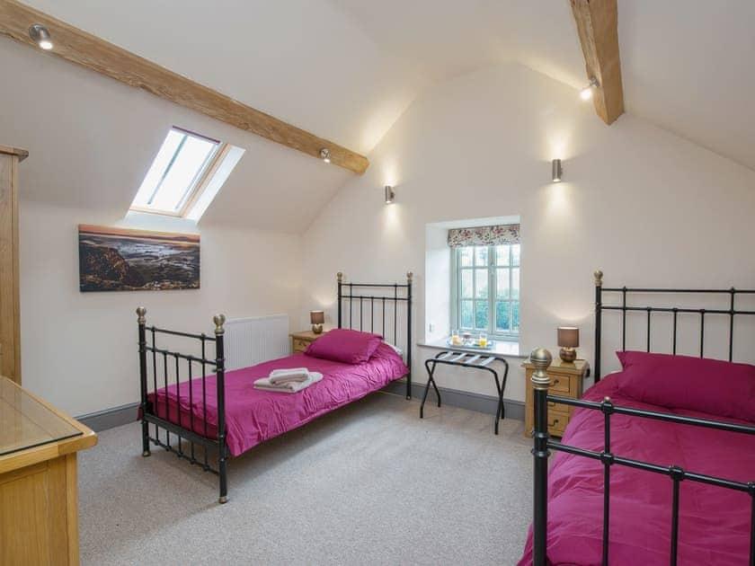 Twin bedroom | The Granary, Ellastone, nr. Ashbourne